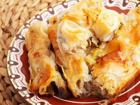 Вита месна баница от готови кори с пилешко месо, бекон, праз лук и пресен зелен лук - снимка на рецептата